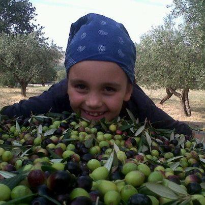 Giulia tra le olive di Parco dei Buoi